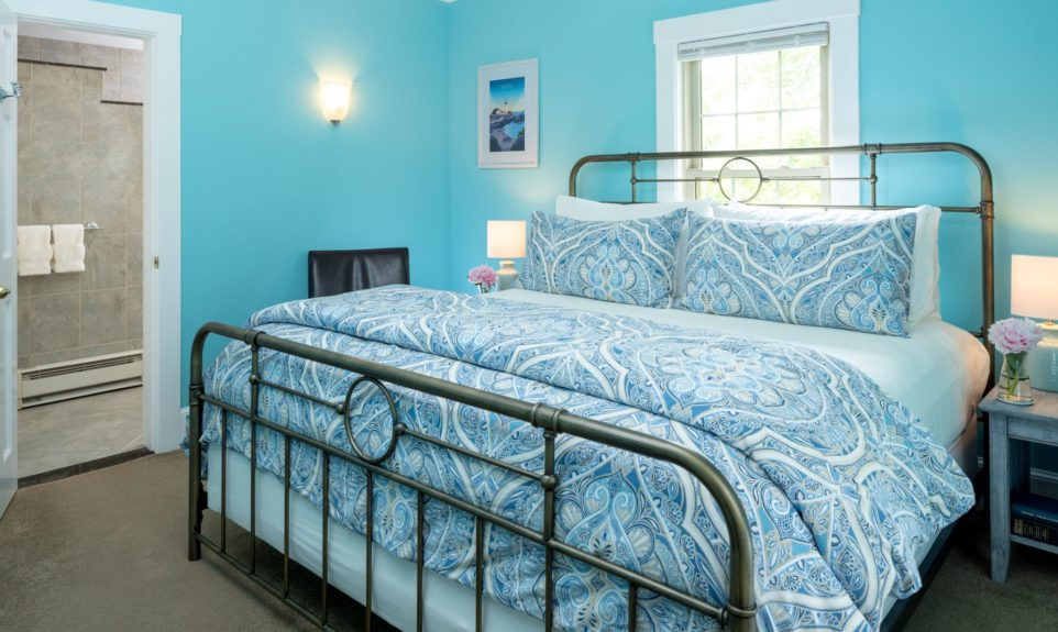 King bed with blue paisley duvet cover