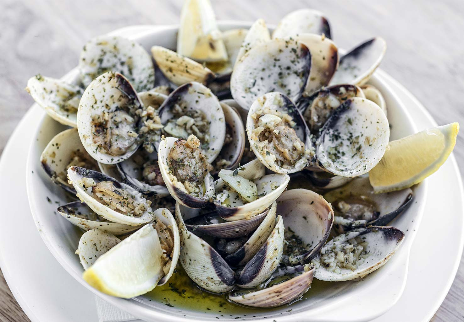 Steamed clams with butter and lemon