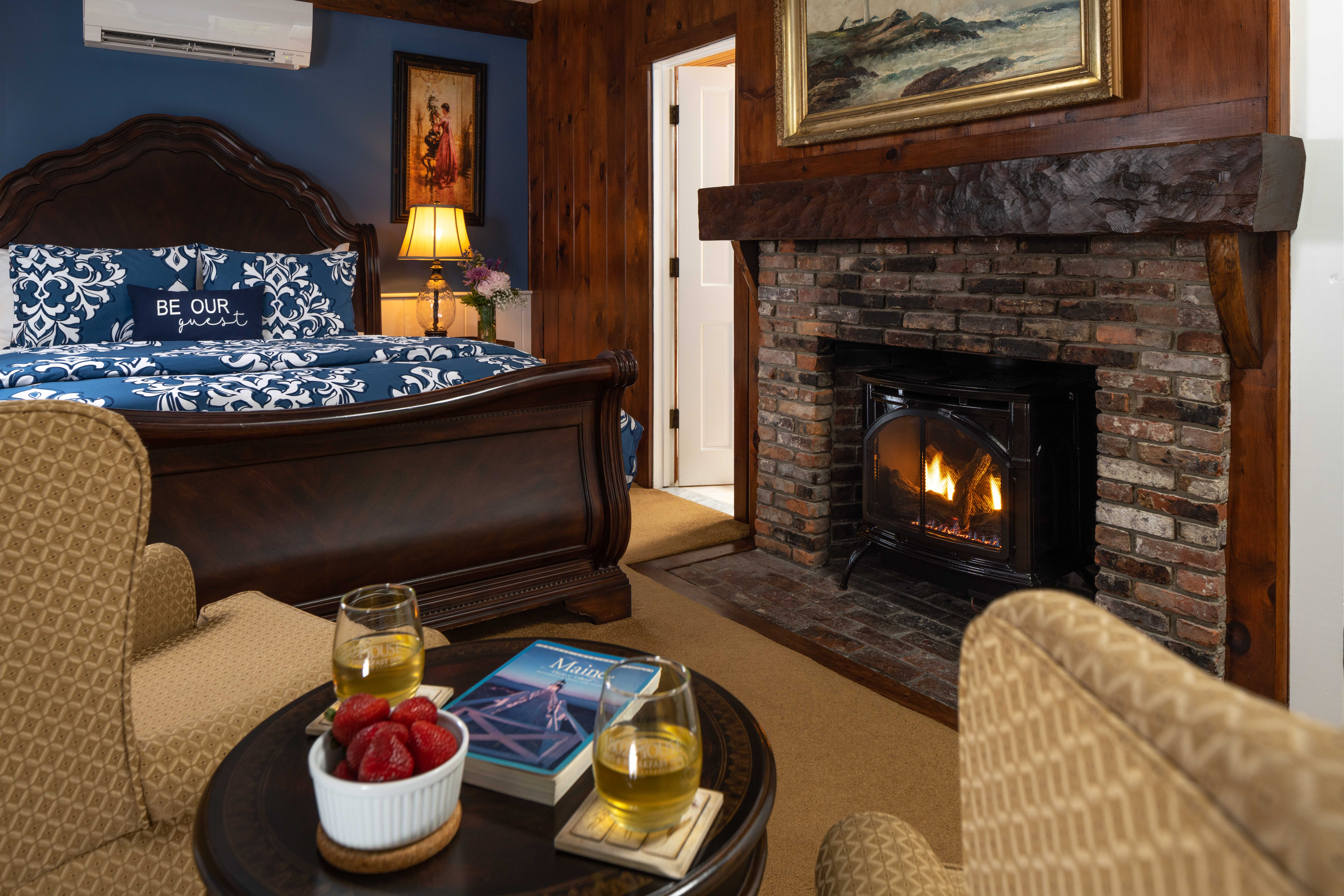 Bed room with fireplace